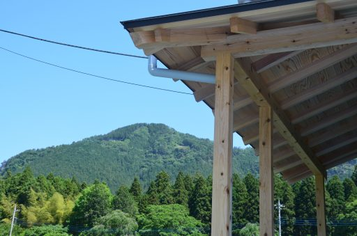 庇から古賀志山を望む