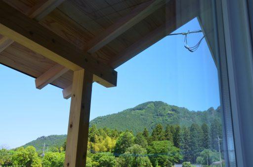 窓から古賀志山の頂が見える。